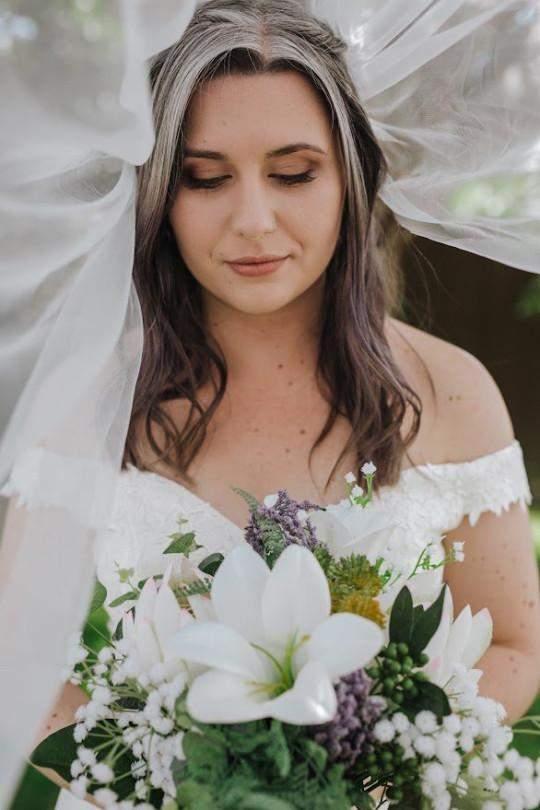 На весіллі наречена була з сивим волоссям