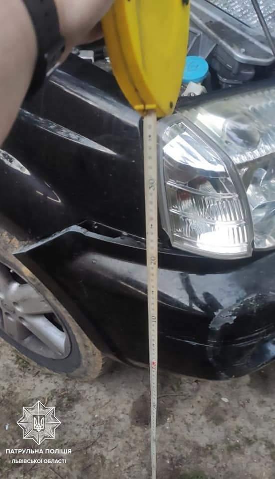 У центрі Львова водій позашляховика розтрощив маршрутку і втік на дачу: фото