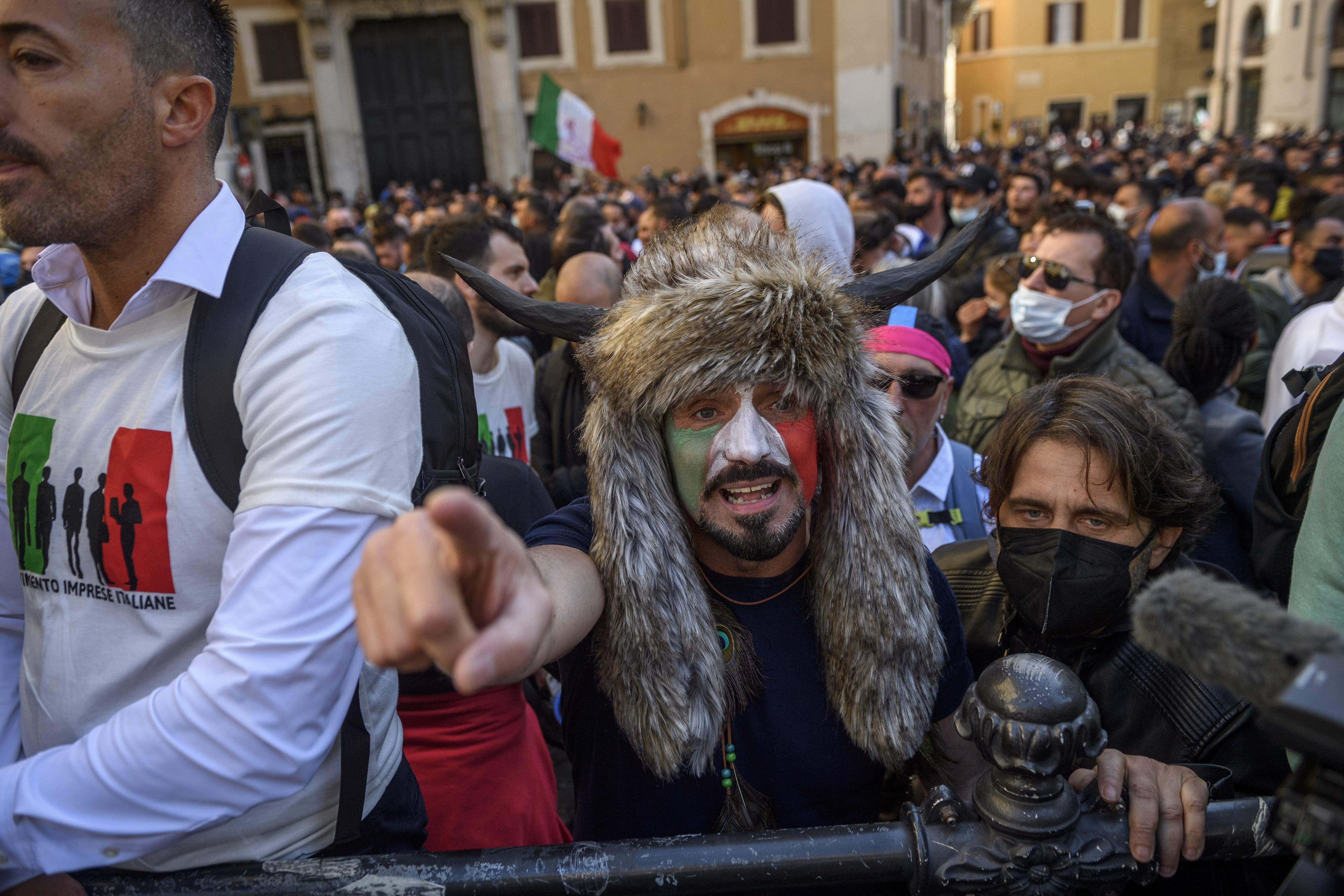 Один из митингующих напоминал участника штурма Капитолия в США/Getty