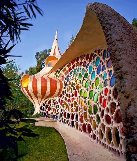 Стіни в цій будівлі зробили з різнокольорової мозаїки