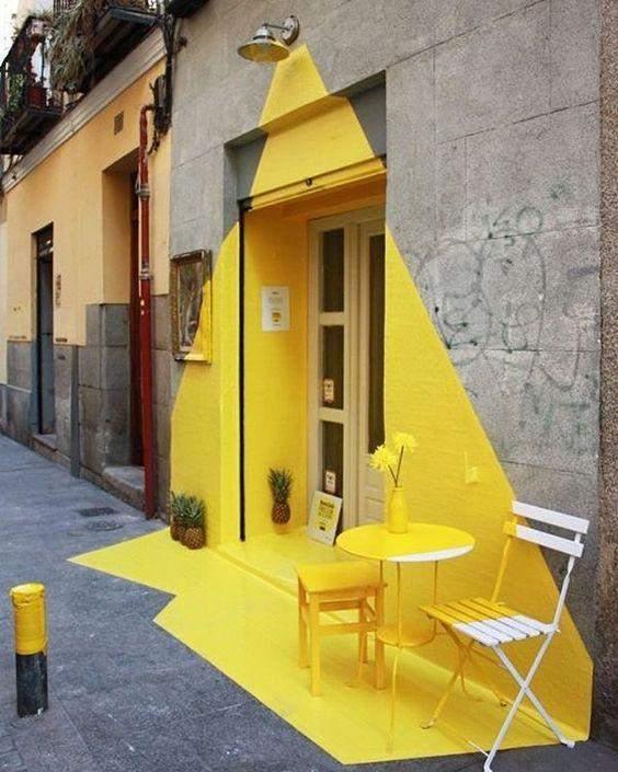 Фасад покрасили в яркий желтый цвет