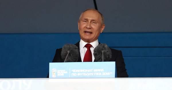 У мережі потролили 'пухнастий ліфчик' Путіна на відкритті ЧС-2018