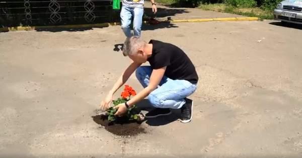 Клумби замість ям: у Чернівцях 'латають' дороги квітами – відео