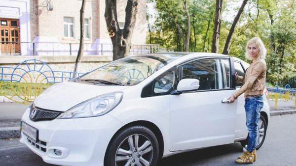 Тоня Матвієнко поряд зі своїм авто марки Honda