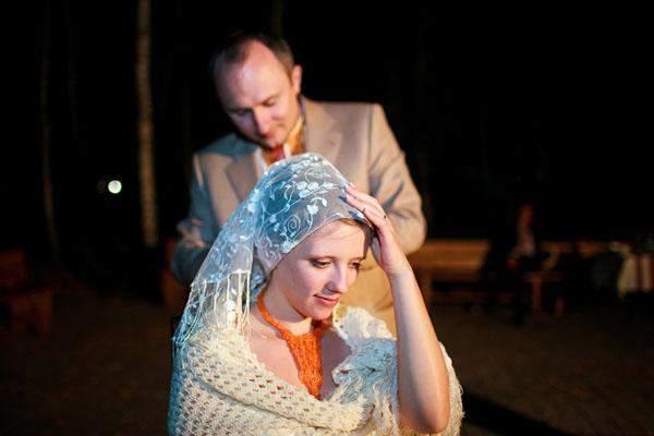 Невесте снимают фату и связывают платок