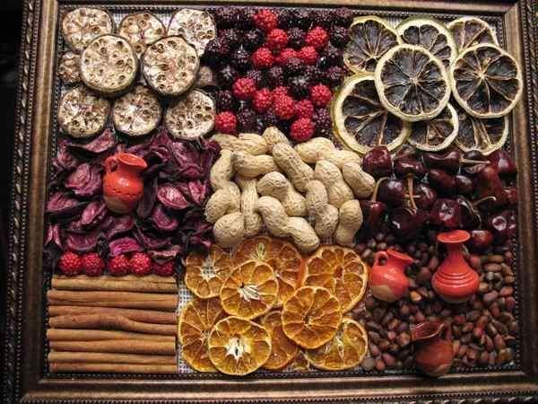 Панно із спецій та сухих фруктів
