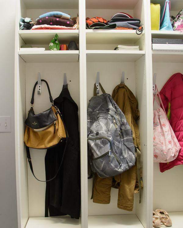Книжные шкафы могут понадобиться для одежды