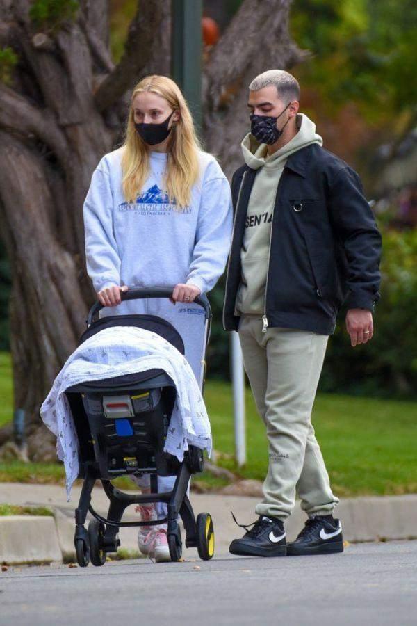 Зіркові батьки на прогулянці з донечкою /  Just Jared