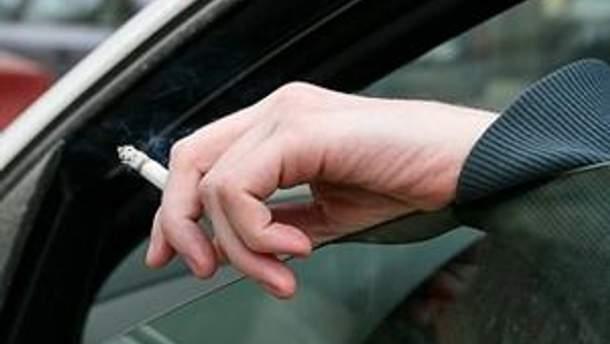 Водителям запретят курить за рулем автомобиля