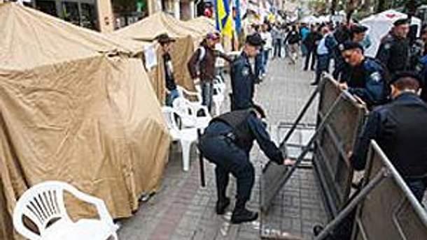 Госисполнители зачитывают решение о запрете протестов