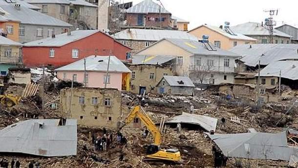 Рятувальники розбирають будинки, які пошкодив землетрус