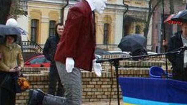 """Памятник """"Ленин на коленях"""""""