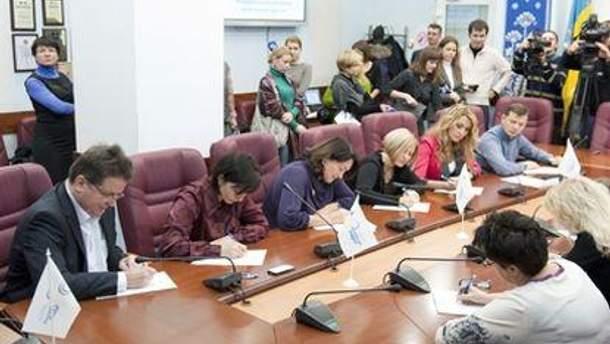 Диктант написали депутаты от провластных и оппозиционных партий
