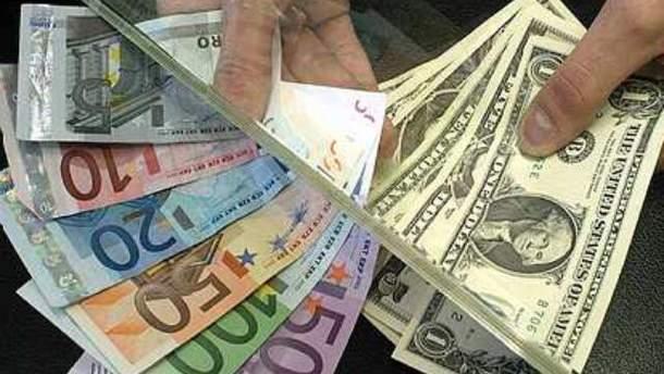 Украинцы продолжают скупать валюту