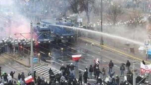 Демонстрантов разгоняли водой