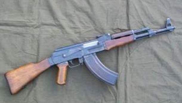 У чоловіка знайшли 6 автоматів Калашникова та іншу зброю