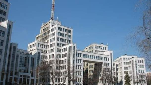 Люди собрались у Госпрома, где расположен Пенсионный фонд