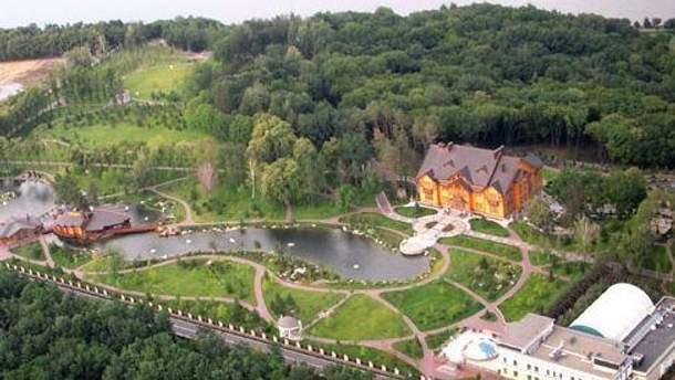 Резиденция Януковича также ограждена 6-метровым забором