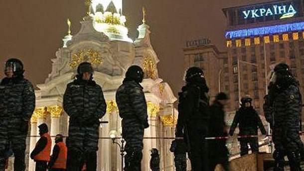 Майдан обгородили металевим парканом та охороняють