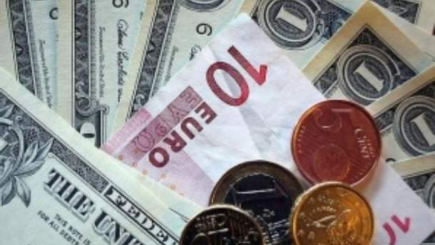 На межбанке евро падает, доллар растет