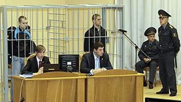 Подозреваемых признали виновными, судья зачитывает приговор