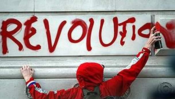 Британский студент пишет на стене во время акции протеста