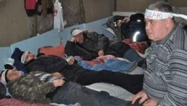 Протести продовжились голодуванням