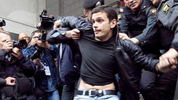 Полиция задерживает Илью Яшина