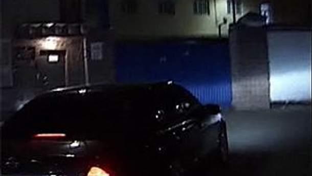 Автомобиль заезжает в СИЗО. Кадр из видео ТСН