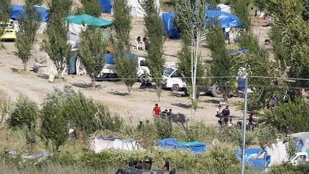 Люди разбили лагерь на турецкой стороне