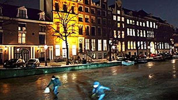 Амстердамский канал закован в лед