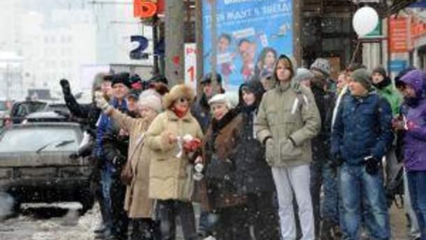Люди зі стрічками на околиці вулиці