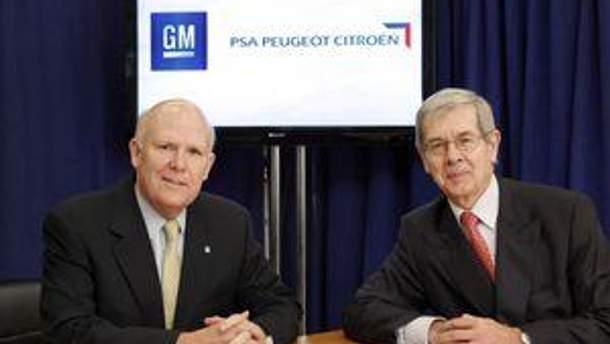 Генеральный директор General Motors Дэн Aкерсон (слева) и председатель правления PSA Peugeot Citroën Филипп Варин