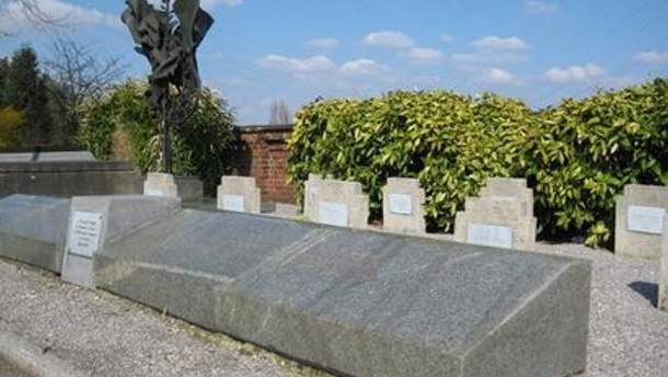 Памятник на могилах советских солдат