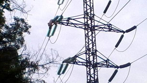 Мужчина на линии электропередач
