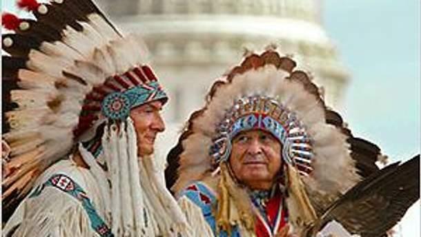 Индейцы на фоне Капитолия