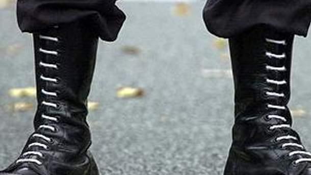 Білі шнурівки — один з розпізнавальних символів неонацистів