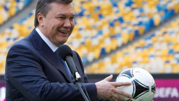Виктор Янукович с мячом