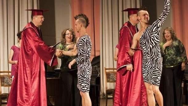 Студент вышел на вручение диплома в платье и кедах