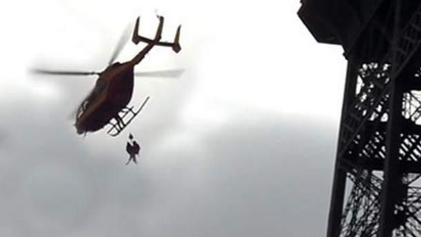 Рятувальникам вдалося зняти дівчину з вежі
