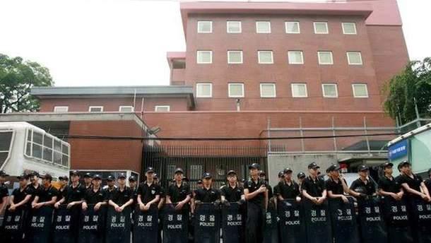 Полиция возле японского посольства в Сеуле