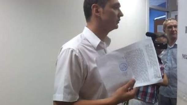 Податківець спілкується з юристом ТВі