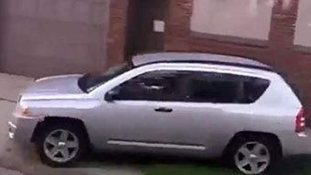 Машина Шени Хардін на тротуарі