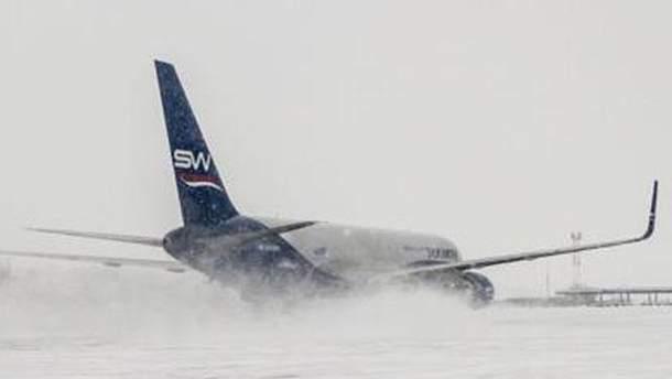 Злітно-посадкові смуги покриті снігом