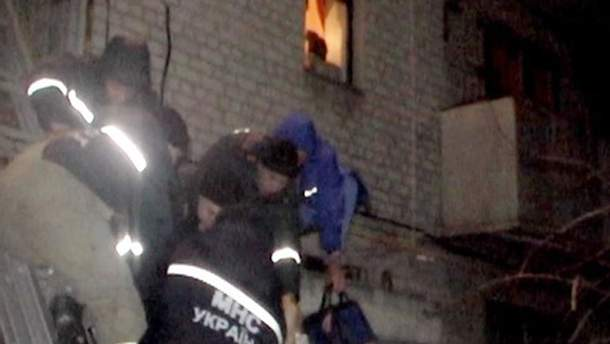 Спасатели сняли молодого человека