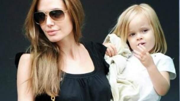 Дочь Анджелины Джоли и Брэда Питта зарабатывает 3 тыс. долларов за неделю (Фото)
