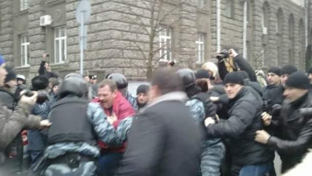 Біля Адміністрації Президента затримали 3 активістів (Фото)