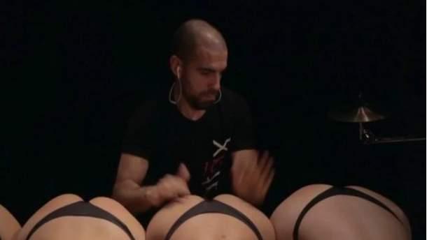 Іспанський музикант використав жіночі сідниці замість барабанів (Відео)