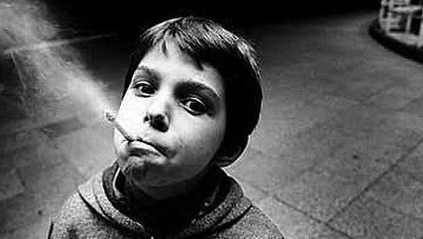 Дитина, яка курить