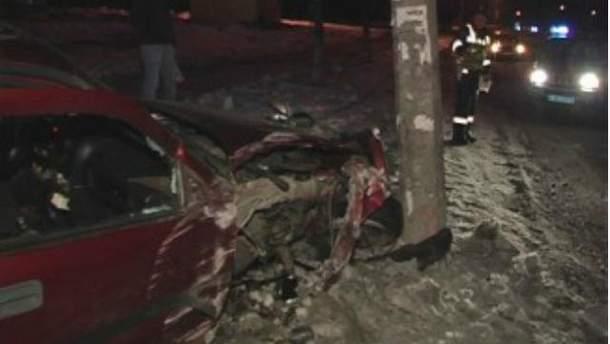 У Києві авто врізалося у стовп, а потім ще й у дерево (Фото)